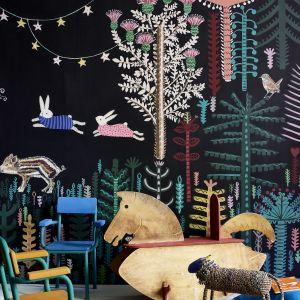 Sypialnia dziecka. Wózek i sztaluga w Chalk Paint ™ w kolorze Antibes Green, deski podłogowe w Pure White, krzesła w Giverny, Barcelona Orange i Florence. Fot. Annie Sloan