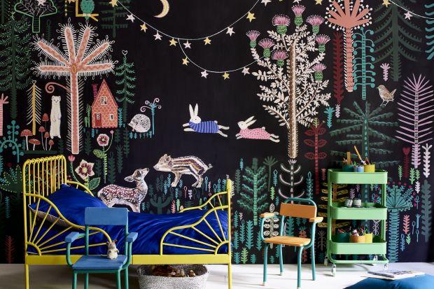 Artystyczny mural na ścianie, stworzony przy użyciu farb kredowych to pomysł na twórczą aranżację pokoju dziecka. Takie wnętrze pobudzi kreatywność i rozwinie dziecięca wyobraźnię.