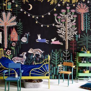Sypialnia dziecka. Na zdj. mural namalowany przez Lucy Tiffney przy użyciu farby Chalk Paint ™ w kolorze Athenian Black i odcieni z palety. Fot. Annie Sloan