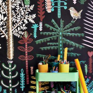 Sypialnia dziecka. Mural namalowany przez Lucy Tiffney przy użyciu farby Chalk Paint ™ w kolorze Athenian Black i odcieni z palety farb Chalk Paint ™. Wózek i sztaluga w Chalk Paint ™ w kolorze Antibes Green, deski podłogowe w Pure White, krzesła w Giverny, Barcelona Orange i Florence. Fot. Annie Sloan