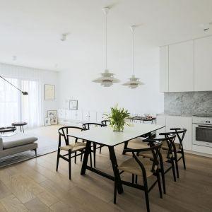 Lokatorzy zdecydowali się na nowoczesne połączenie kuchni z pokojem dziennym. Fot. Madama