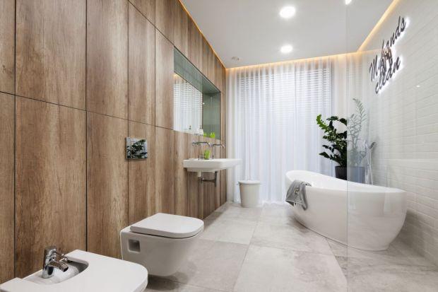 Wyobrażasz sobie miły dotyk drewna pod stopami, gdy wychodzisz z wanny, a może skrycie wzdychasz do mebli i dodatków z rustykalnych belek w łazience?
