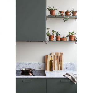 Przy malowaniu szafek doskonale sprawdzi się produkt z rodziny Tikkurila Everal. Wodorozcieńczalna emalia, dostępna w trzech stopniach połysku, nie tylko nada meblom piękny kolor, ale też stworzy powłokę o wysokiej odporności na zabrudzenia.Fot. Tikkurila