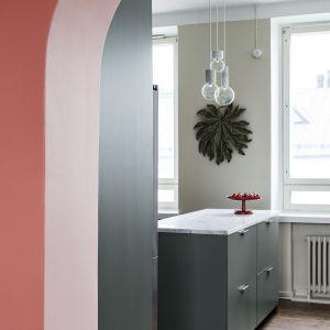 Barwy złamane, szczególnie te z domieszką szarości, stanowią wyrafinowaną i zarazem uniwersalną bazę dla wystroju mieszkania. Fot. Tikkurila