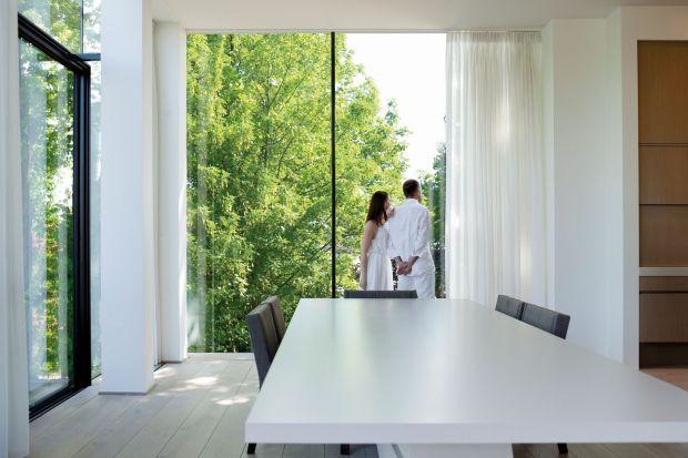 O zdrowym mikroklimacie wewnątrz budynku marzy każdy z nas. Prostym sposobem na utrzymanie świeżego powietrza w domu jest systematyczne wietrzenie pomieszczeń poprzez otwieranie okien.