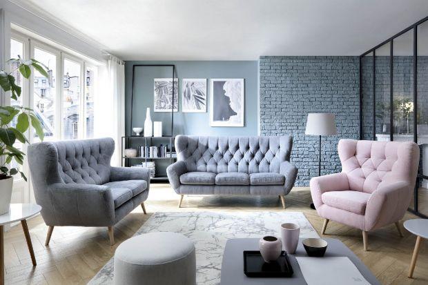 Aranżacja salonu: modne kolorowe kanapy