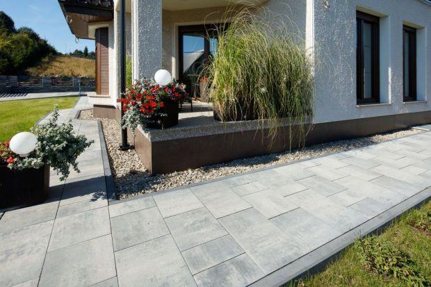 Kostka brukowa oraz płyty betonowe to obecnie najbardziej rozpowszechnione materiały do utwardzania nawierzchni wokół budynków. Wybór elementów wykonanych z betonu do budowy ciągów pieszych i jezdnych na naszej posesji jest zatem oczywisty, ale c