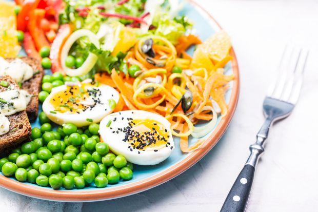 Lubisz odżywiać się zdrowo, świadomie dobierasz produkty i starasz się wprowadzać do diety dużą ilość warzyw i owoców, ale brakuje ci pomysłów, jak zamienić standardową sałatkę w niecodzienne danie?