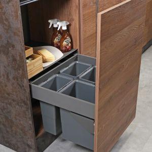 Pojemniki na odpady Slim Box można zamocować w korpusie szafki  i domontować front. Fot. Rejs