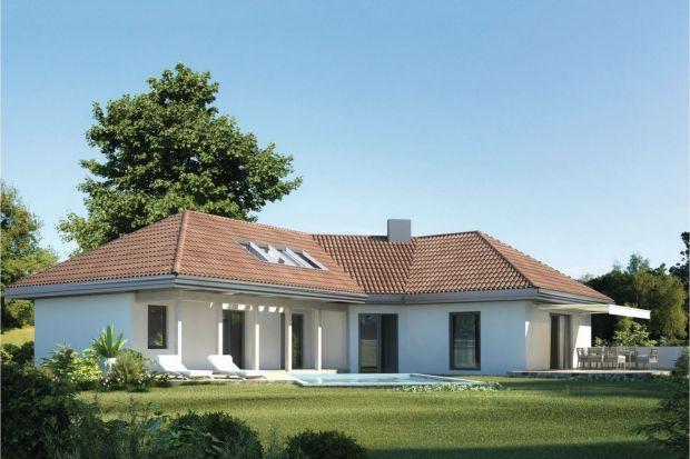 Wygodna przestrzeń do życia, wypoczynku i rekreacji dla 3-4-osobowej rodziny została zaprojektowana na 135 m² powierzchni zorganizowanej wokół centralnie położonego saloniku z kominkiem.