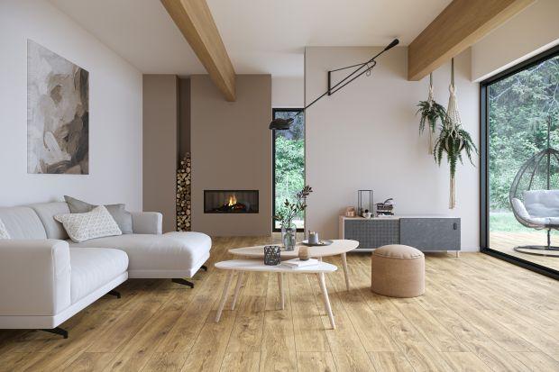 Drewno króluje na domowych parkietach. I to pod każdą postacią. Poza podłogami z naturalnego drewna popularnością cieszą się również panele laminowane oraz płytki ceramiczne i gresowe, które doskonale naśladują piękno drewno z całym bogac