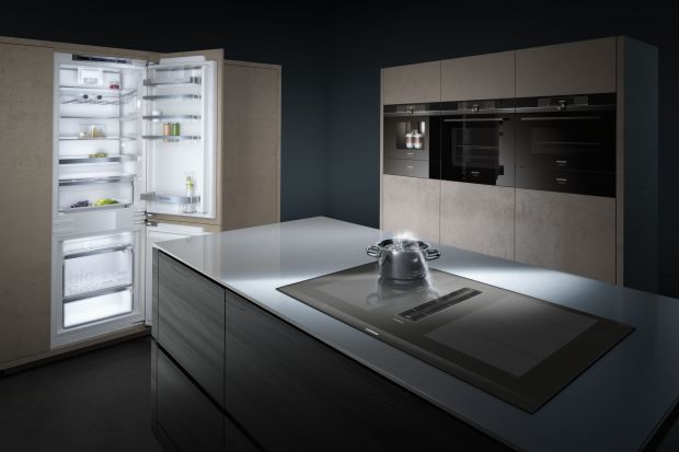 Na przykładzie najnowszej płyty z wbudowanym wyciągiem marka Siemens prezentuje ścisłą technologię i udowadnia, że dwa może równać się jeden. Produkt zgłoszony do konkursu Kuchnia - Wybór Roku 2020.