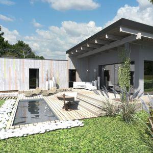 Planowana podmiejska lokalizacja domu zainspirowała do projektu prostej bryły z elewacją z desek i typowym niemalże zagrodowym ogrodzeniem. Fot. Studio BB Architekci