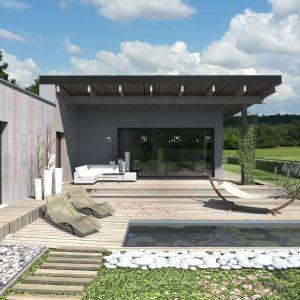 Na podkonstrukcję dachu przyjęto belki z drewna klejonego, które nadają tej przestrzeni wyjątkowego charakteru: są widoczne wewnątrz i na zewnątrz. Fot. Studio BB Architekci