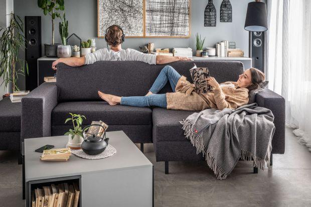 Sofa w salonie, tak jak stół w kuchni, skupia ważną część życia domowników. Jest miejscem spotkań, zabawy, odpoczynku. Strefę wypoczynkową urządzamy inaczej, jeśli ma służyć jednej osobie, a inaczej, gdy domowników jest kilkoro. Na co wi
