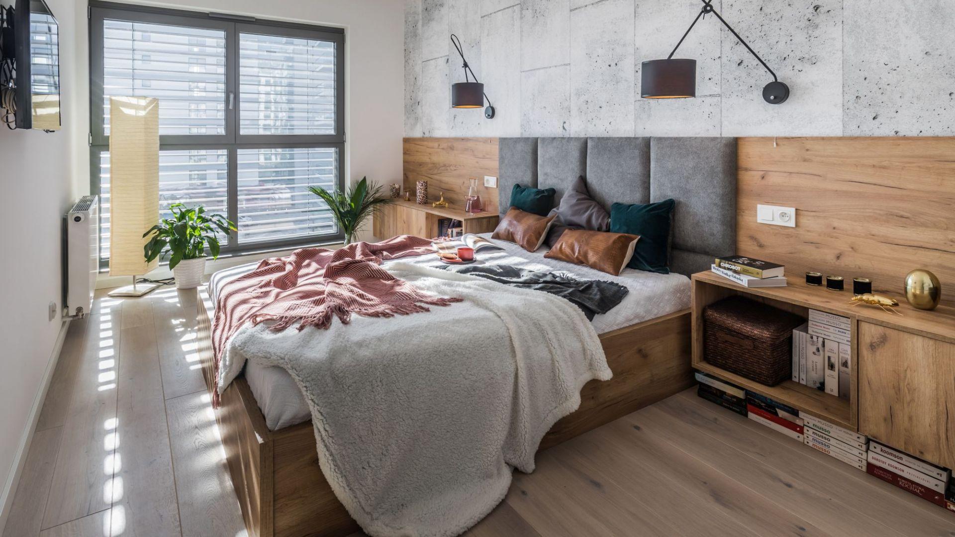 Ściana za łóżkiem. Projekt: Kodo Projekty i Realizacje. Fot. Kodo Projekty i Realizacje