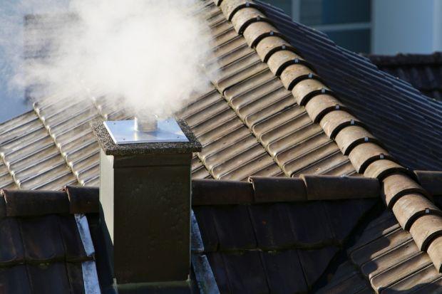 Duszący zapach i szary dym ulatniające się z komina – z takim widokiem najczęściej mamy do czynienia podczas okresu grzewczego. Spaliny z urządzeń grzewczych stanowią groźne dla zdrowia, a w dużym stężeniu również dla życia substancje.