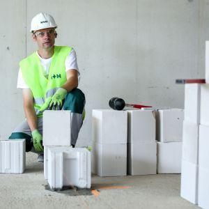 Wznoszenie murów zimą jest możliwe, jednak wymaga bardzo ścisłego przestrzegania zasad. Fot. H+H