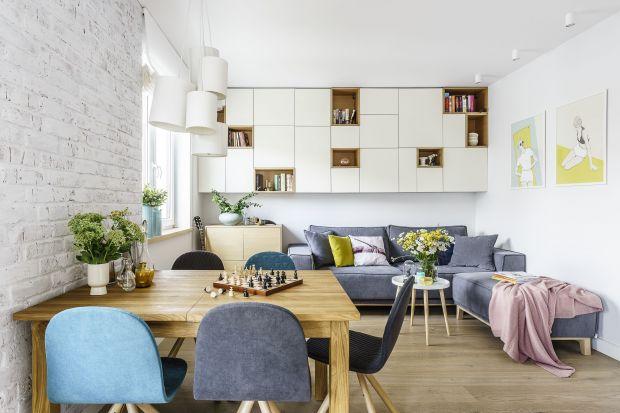 Aby z powodzeniem urządzić mały salon, musimy umiejętnie połączyć estetykę i funkcjonalność. Na niewielkim metrażu poziom trudności tego zadania jest wysoki.
