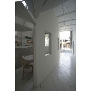 Wnętrze urządzono w bardzo surowym, minimalistycznym stylu. Fot. Hideyuki Nakayama Architecture