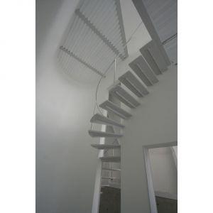Schody idealnie pasują do minimalistycznych wnętrz. Fot. Hideyuki Nakayama Architecture