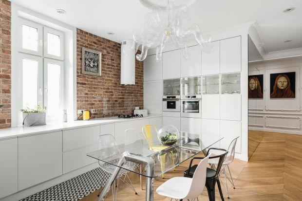 Wysmakowane, urządzone w paryskim stylu mieszkanie francuską duszę zyskało za sprawą arch. Anny Marii Sokołowskiej. Wisienką na torcie jest tu kuchnia, której nadano bardziej nowoczesny charakter.