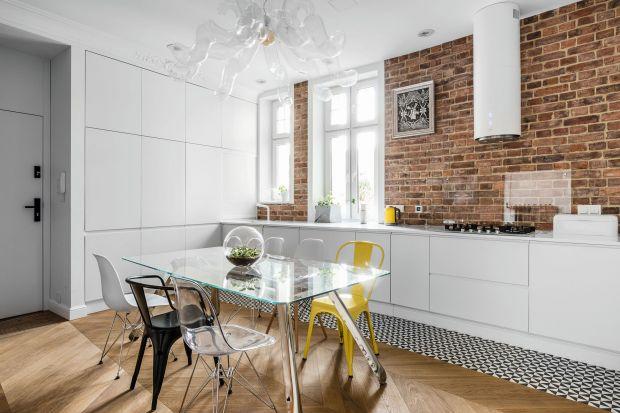 Kuchnia kocha cegłę, ponieważ jej urok jest ponadczasowy a design uniwersalny. Cegła na kuchennej ścianie dobrze komponuje się zarówno z zabudową meblową w klasycznym stylu, jak i nowoczesnymi aranżacjami. Wygląda efektownie w tradycyjnym cze