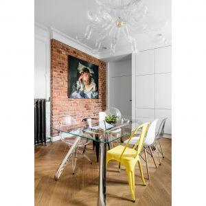 Stół na nogach z dmuchanej stali projektu Oskara Zięty oraz lampa z dmuchanego szkła efektownie prezentują się na tle minimalistycznej kuchni. Projekt: Anna Maria Sokołowska. Fot. Fotomohito