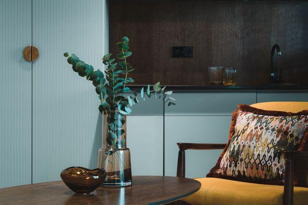 Aksamit nadaje wnętrzom szyku i elegancji, a w połączeniu ze złotym lub srebrnym haftem może stać się jego główną ozdobą. Możemy go wprowadzić do wnętrza za pomocą stylowych poduszek.
