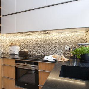 Ciemne kolory w kuchni i łazience. Fot. Technistone