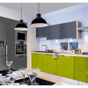 Jeśli aranżacja kuchenna utrzymana jest w ciemniejszej kolorystyce, postaw na odcienie, które ją nieco ożywią – intensywna czerwień czy głęboka zieleń dopasują się doskonale. Fot. Agata