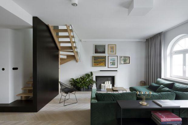 Tym, co w tym apartamencie od razu przyciąga uwagę są... ściany ujęte w ramy ze sztukaterii. Ta dekoracja o pałacowej proweniencji zestawiona z eleganckim lecz tradycyjnym wystrojem otwartej przestrzeni dała zaskakująco oryginalny efekt zamknięte
