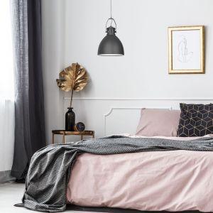 Kobieca sypialnia. Lampa Aje-Sisi o minimalistycznym designem, podkreślającym elegancję wnętrza. Fot. Activejet