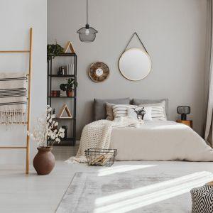 Kobieca sypialnia. Lampa wiszą ca Aje-Coco w loftowym stylu. Fot. Activejet