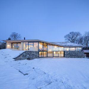 """Projekt domku letniego Summer House Reilstad zdobył nagrodę """"Glass Award 2019"""". Wykorzystano w nim Pilkington Suncool™ 70/35. Fot. Pilkington"""