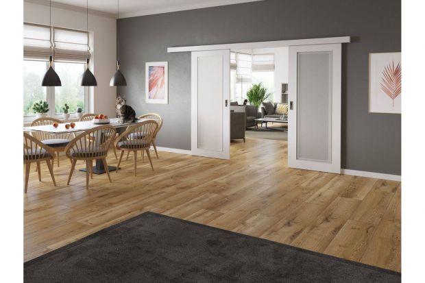 Wnętrza w mieszkaniu różnią się od siebie pod względem wielkości i przeznaczenia – z tego względu wymagają specjalnie dostosowanych rozwiązań. Subtelne różnice w wyglądzie drzwi wpłyną na ich funkcjonalność, nie zaburzając jednocześn