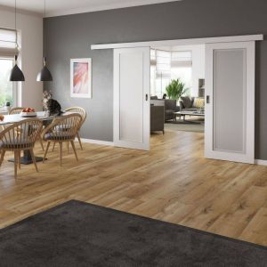 Chcąc w estetyczny sposób oddzielić strefę jadalnianą od wypoczynkowej, warto sięgnąć po drzwi Venis w wersji przesuwnej. Fot. RuckZuck