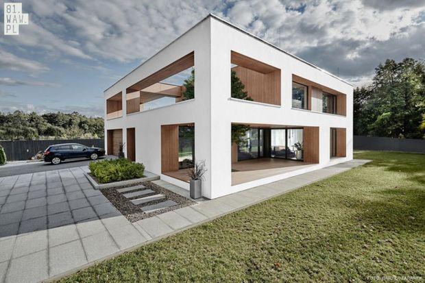 Architekci z pracowni 81.WAW.PL stanęli przed ciężkim zadaniem odczarowania klasycznego budynku mieszkalnego – tak zwanej kostki mazowieckiej i nadania mu nowoczesnej formy. Jednym z wymogów inwestora było bazowanie na prostopadłościennej bryle,