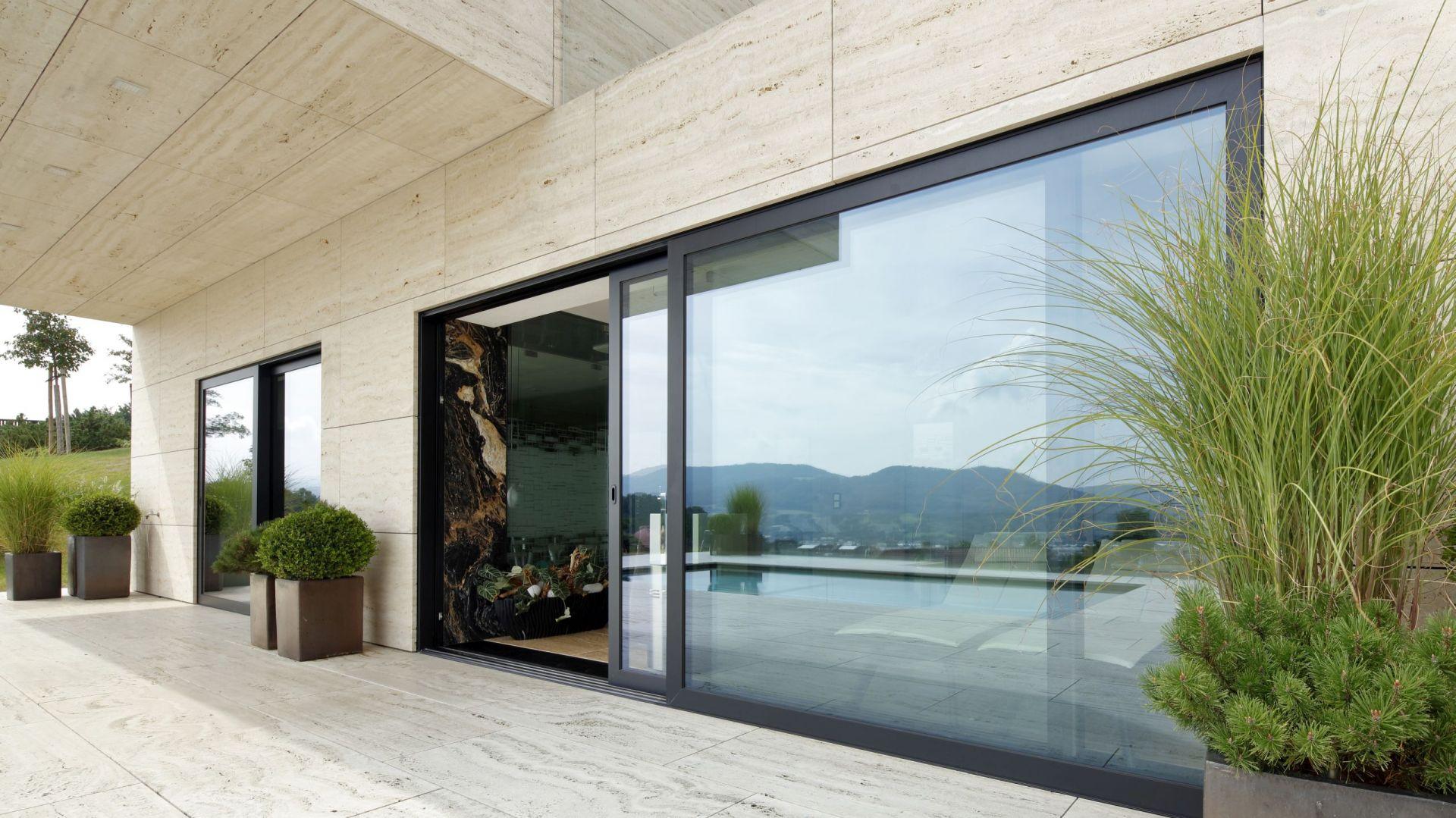 Okna z linii Nero Style by Awilux w ekskluzywnej czerni. Fot. Awilux