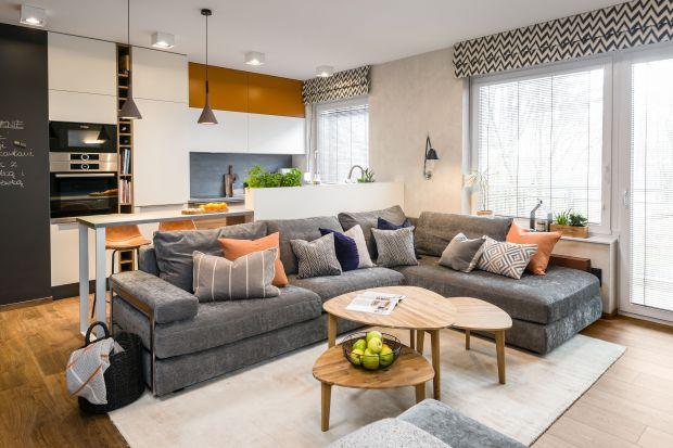 Energia i odwaga młodych właścicieli doskonale koresponduje z oryginalną kolorystyką zastosowaną we wnętrzach, dynamicznym układem funkcjonalnym oraz modnymi akcentami, które kreują charakter mieszkania.