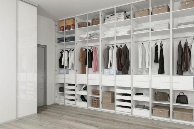 Cieplejsze dni to pierwszy sygnał do reorganizacji szafy. Ubrania, którymi otulaliśmy się zimą do tej pory wisiały pod ręką, a teraz trzeba je schować w przeznaczone na to miejsce, gdzie poczekają do przyszłej jesieni. Jednocześnie wracamy do