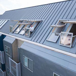 Wielorodzinny budynek w USA, w którym wykorzystano zespolone okna Galeria i proSky. Fot. Fakro