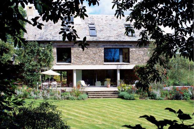 Położony na około czterech akrach idyllicznych ogrodów dom, został zaprojektowany przez cenioną architekt Fionę McLean z biura McLean Quinlan, jako zamiennik dla gospodarstwa, które stało tu od wielu lat. Zachowanie i ponowne użycie kolorowego k