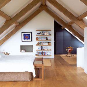 Widoczne drewniane elementy więźby dachowej dodają uroku sypialni. Architekt: McLean Quinlan