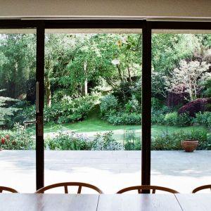 """Duże przeszklenia """"otwierają"""" wnętrze na ogród, dostarczając mieszkańcom pięknych widoków. Architekt: McLean Quinlan"""