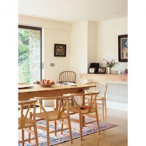 Drewniany stół i krzesła idealnie pasują do wystroju domu. Architekt: McLean Quinlan