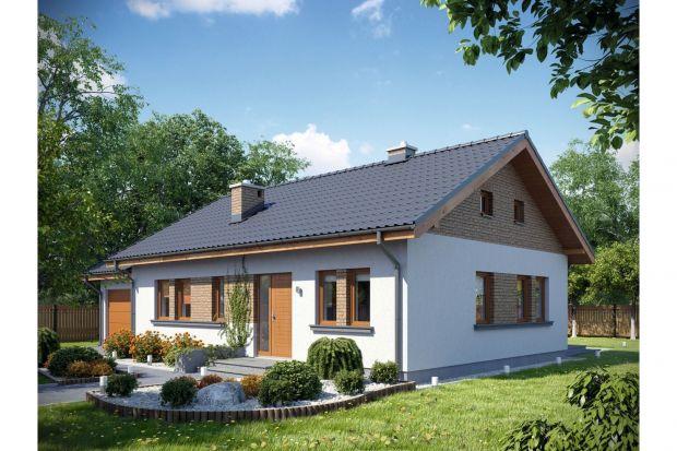 Mały, parterowy dom, w którym dzięki niezwykle funkcjonalnemu rozłożeniu pomieszczeń program użytkowy dla czteroosobowej rodziny zmieszczono na zaledwie 73,58 mkw.