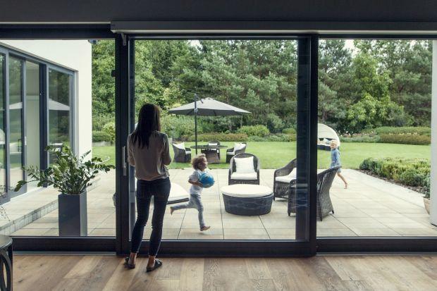 Od zawsze pełniły przede wszystkim podstawowe funkcje: wentylacyjną i doświetlającą. Jednak wraz z upływem czasu i rozwojem architektury, okna zaczęły znaczyć więcej.