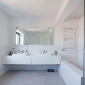 Łazienka po modernizacji wygląda bardzo nowocześnie. Utrzymana w bieli jest przestronna i jasna. Fot. Tomasz Zakrzewski