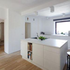 Kuchnia z wyspą to jeden z popularniejszych pomysłów urządzania nowoczesnego domu. Fot. Tomasz Zakrzewski